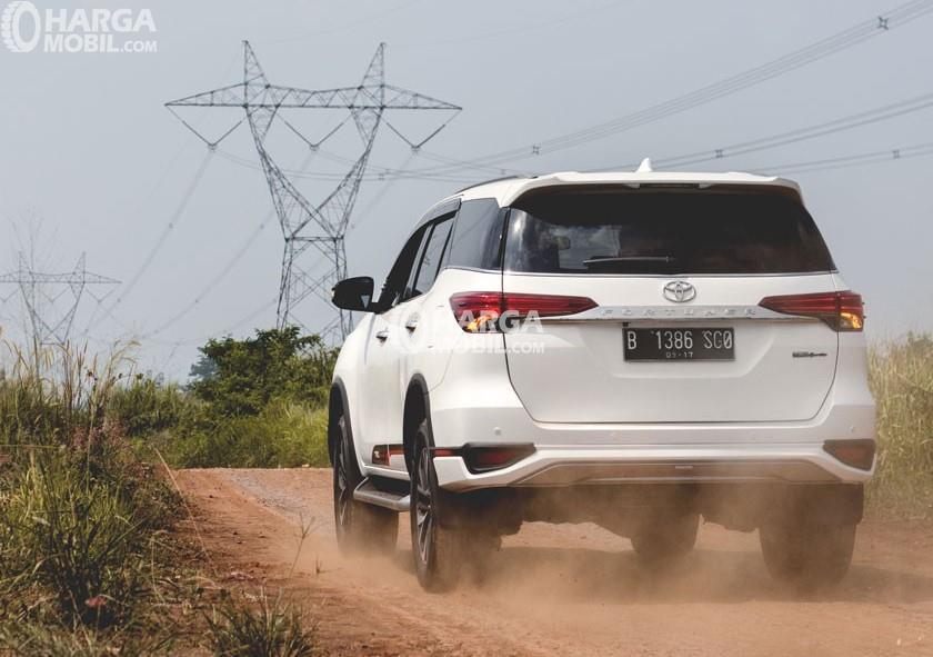 Gambar Toyota Fortuner TRD 2016 tampak dari belakang
