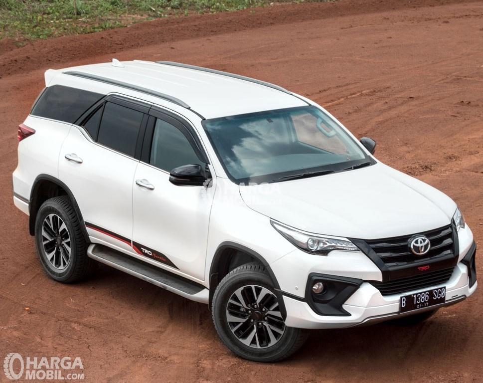 Gambar Toyota Fortuner TRD warna putih tampak dari depan atas