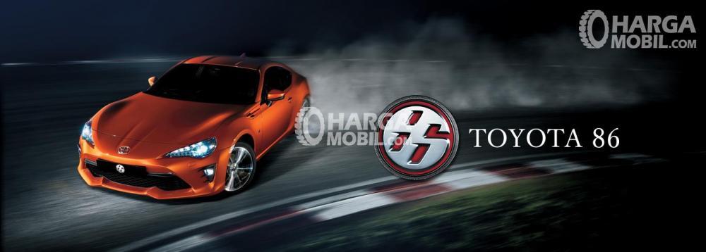 Gambar mobil Toyota 86 berwarna orange dilihat dari sisi depan