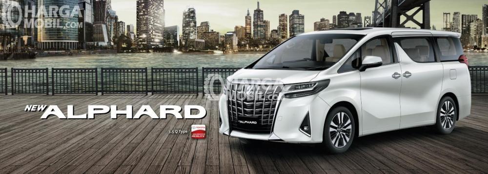 Gambar mobil Toyota Alphard berwarna putih dilihat dari sisi depan