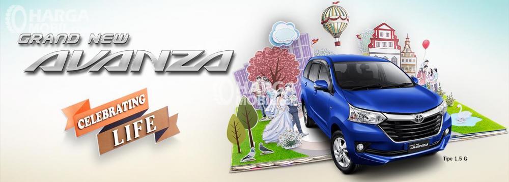 Gambar mobil Toyota Avanza berwarna biru dilihat dari sisi depan
