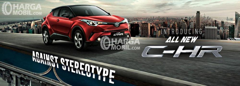 Gambar mobil Toyota C-HR berwarna merah dilihat dari sisi depan
