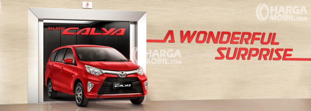 Gambar mobil Toyota Calya berwarna merah dilihat dari sisi depan
