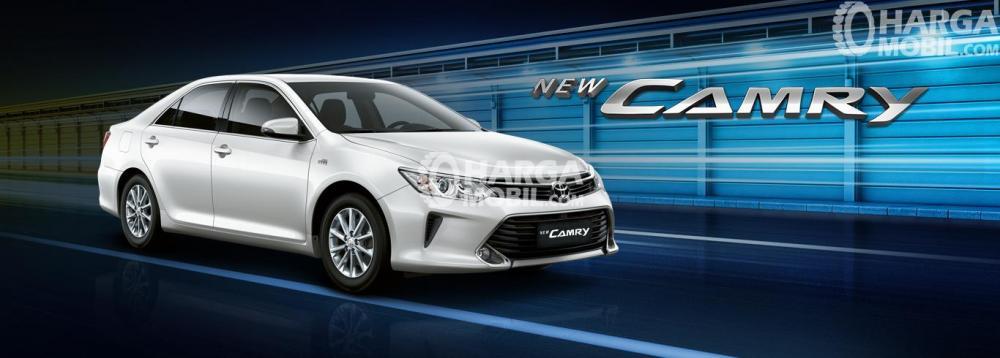 Gambar mobil Toyota Camry berwarna silver dilihat dari sisi depan