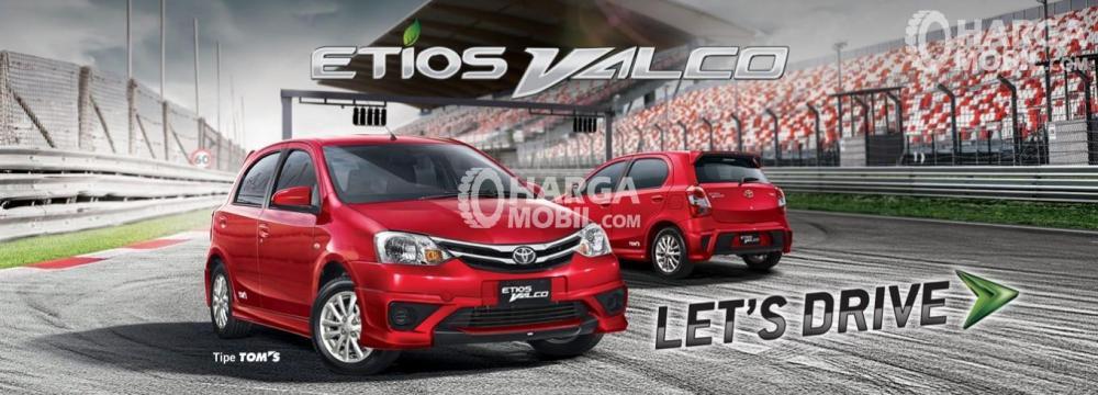 Gambar 2 mobil Toyota Etios Valco berwarna merah dilihat dari sisi depan dan sisi belakang