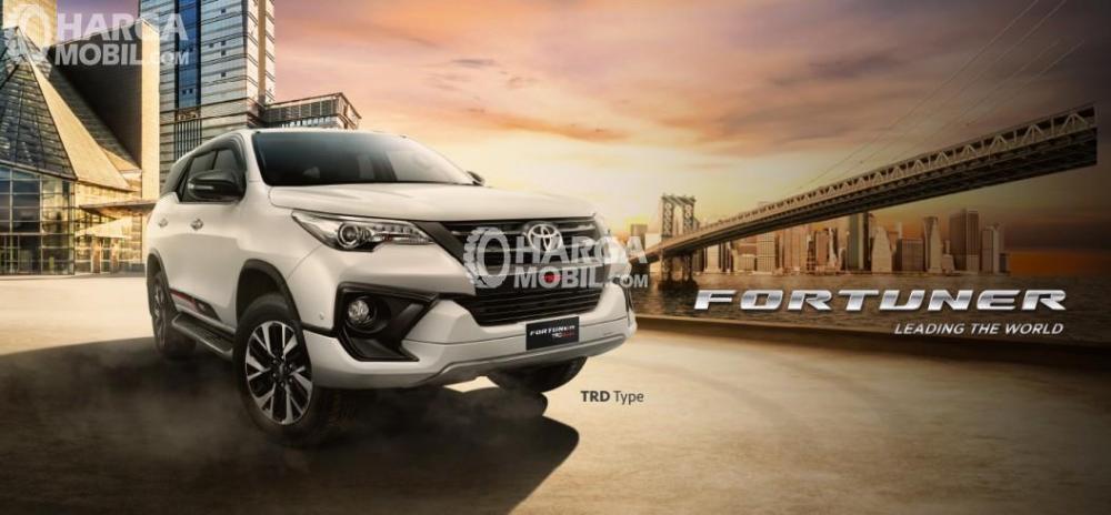 Gambar mobil Toyota Fortuner berwarna silver dilihat dari sisi depan