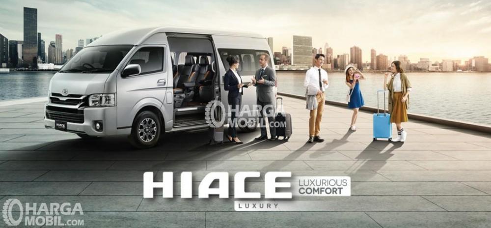 Gambar mobil Toyota HiAce berwarna silver dilihat dari sisi samping