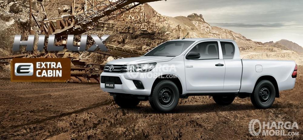 Gambar mobil Toyota Hilux berwarna putih dilihat dari sisi depan