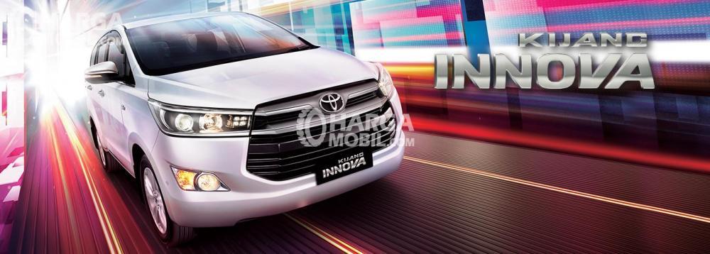 Gambar mobil Toyota Kijang Innova berwarna putih dilihat dari sisi depan
