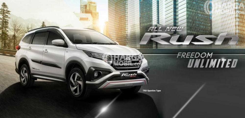 Gambar mobil Toyota Rush berwarna silver dilihat dari sisi depan