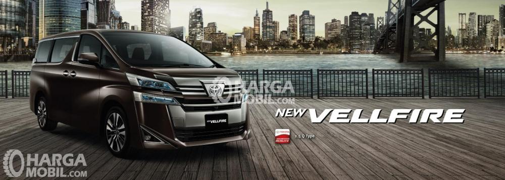 Gambar mobil Toyota Vellfire berwarna coklat dilihat dari sisi depan