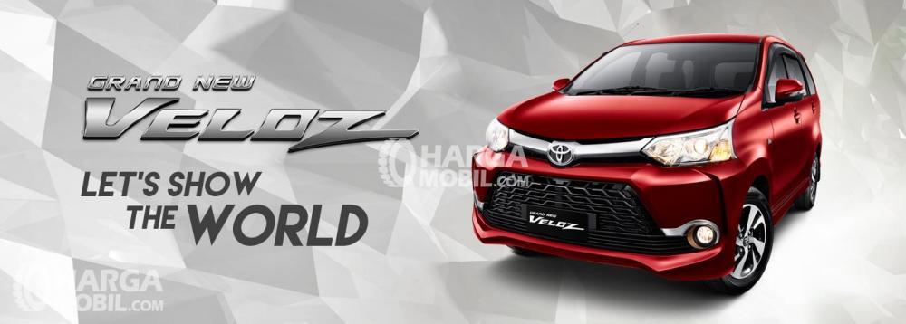Gambar mobil Toyota Veloz berwarna merah dilihat dari sisi depan