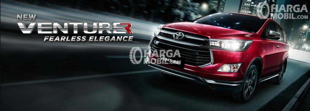 Gambar mobil Toyota Venturer berwarna merah dilihat dari sisi depan