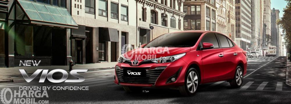 Gambar mobil Toyota Vios berwarna merah dilihat dari sisi depan