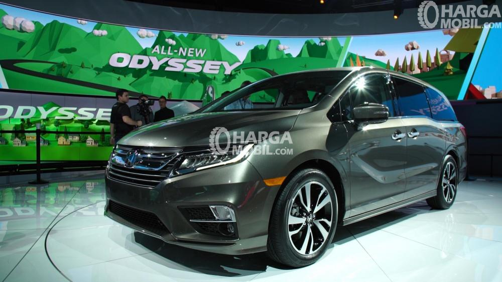 Penampilan keren Honda New Odyssey dilihat dari arah depan samping