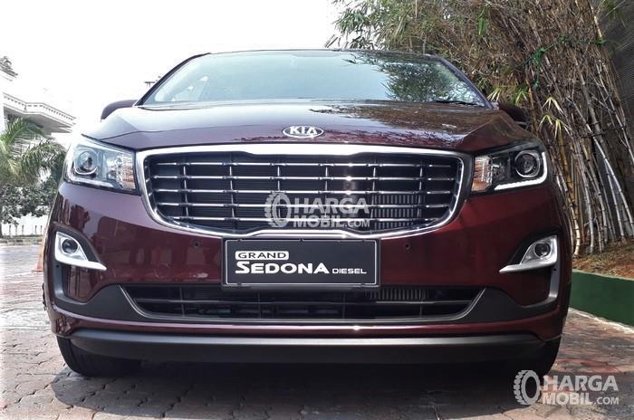Gambar Grand Sedona Diesel tampak dari depan