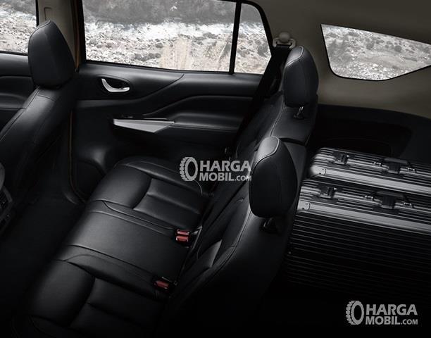 gambar kursi baris kedua dan ruang bagasi yang luas berkat kursi baris ketiga yang dilipat