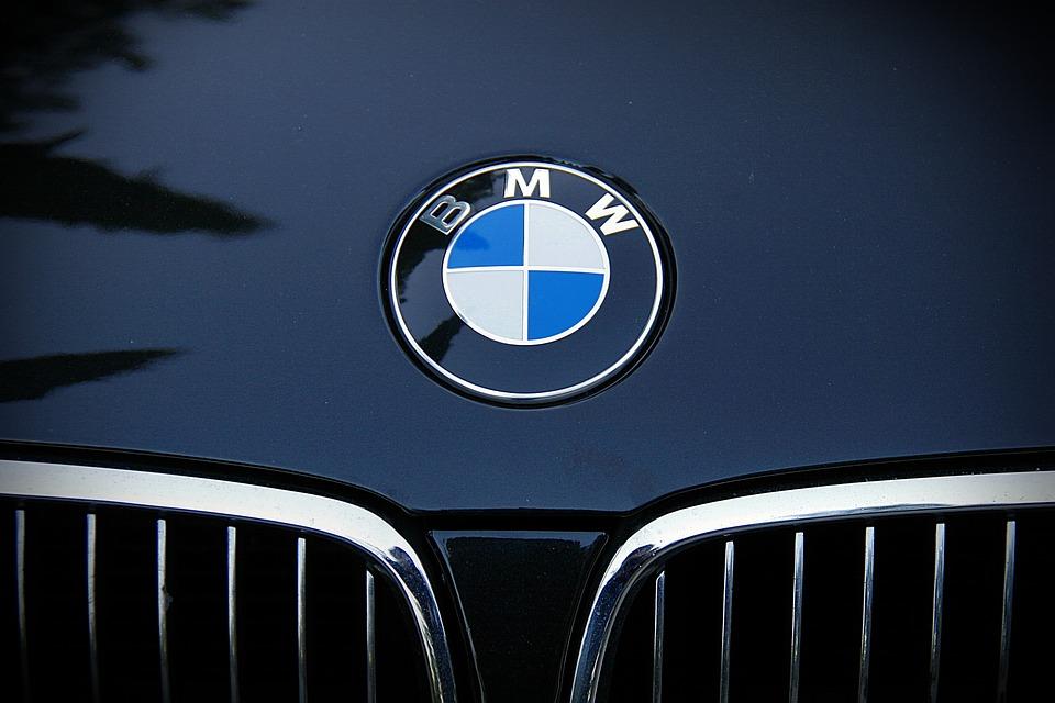 Gambar logo MPW pada mobil