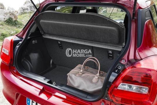 gambar bagasi suzuki swift 2018 yang mampu menampung beberapa barang bawaan