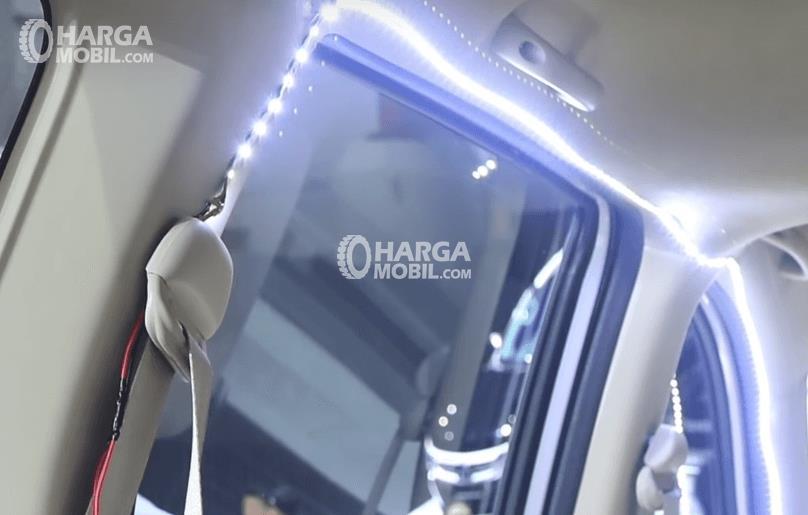 Gambar ini menunjukkan sabuk pengaman milik Suzuki All New Ertiga 2018 dan terlihat lampu yang menyala di sekita jendela Mobil