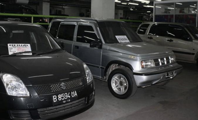 Gambar ini menunjukkan 3 buahMobil dengan 2 bertuliskan dijual