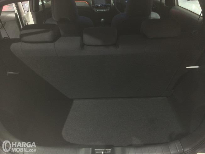 bagian bagasi Honda Brio RS 2018 yang mampu menampung 3 koper berukuran 20-22 inci