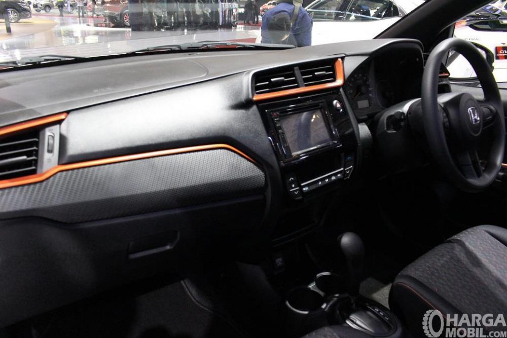 bagian dashboard Honda Brio RS 2018 dengan desain warna hitam dan lining oranye