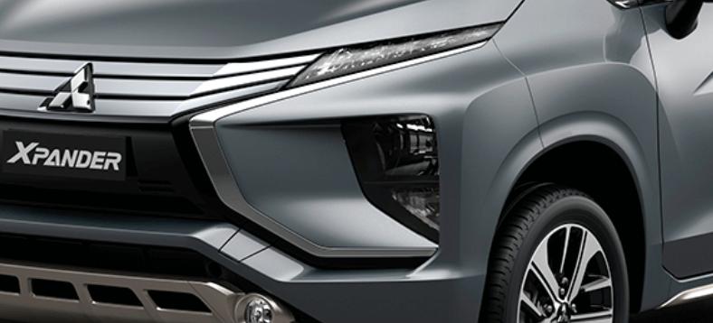 Gambar ini menunjukkan lampu depan milik Mitsubishi Xpander warna silver