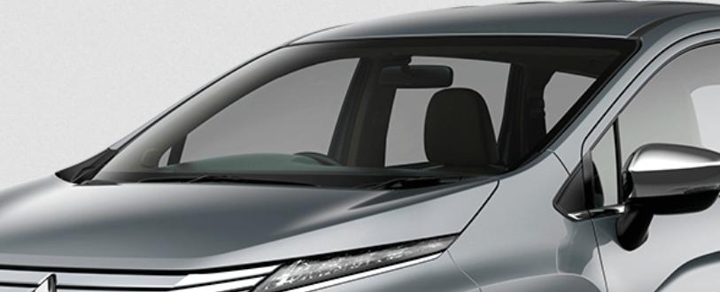 Gambar ini menunjukkan kaca depan milik Mitsubishi Xpander warna silver