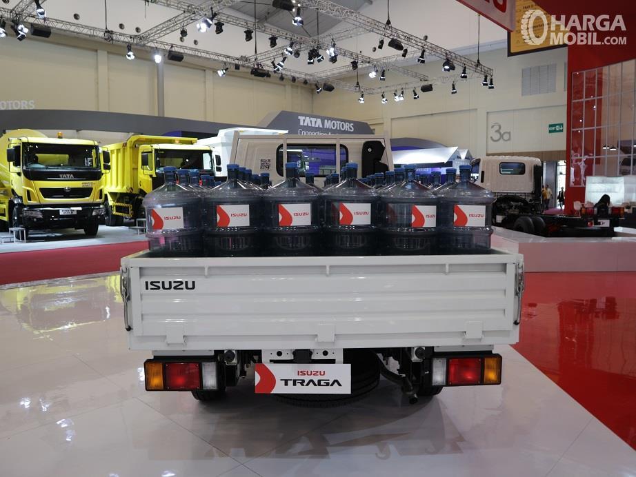 bagian belakang Isuzu Traga 2018 dengan kargo tipikal mobil pickup pada umumnya