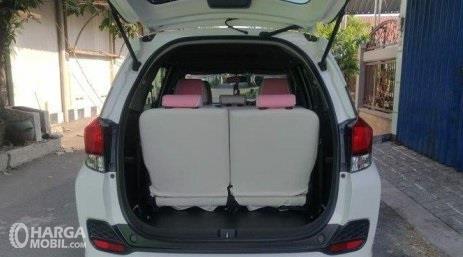 bagian bagasi Honda Mobilio S 2017 berkapasitas 223 liter ketika kursi baris ketiga masih digunakan