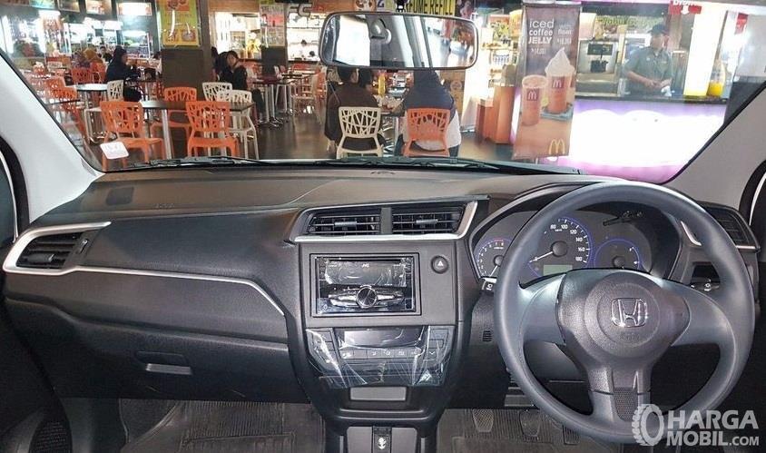 bagian dashboard dan setir Honda Mobilio S 2017 dengan kombinasi warna hitam dan lining silver