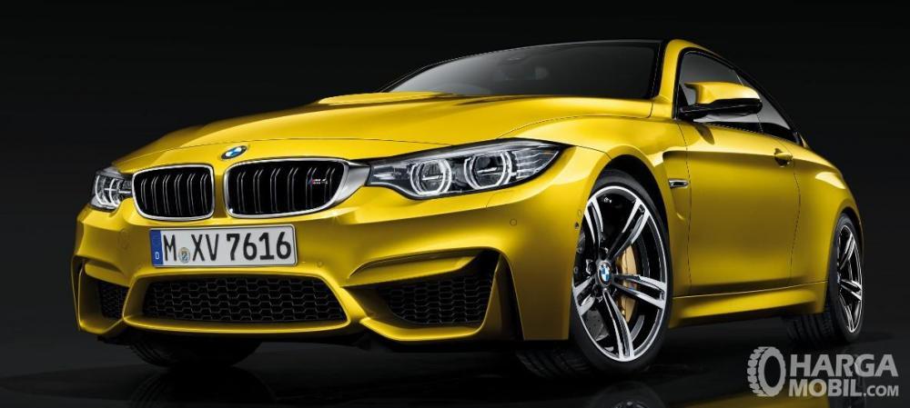 Foto BMW M4 tampak dari depan