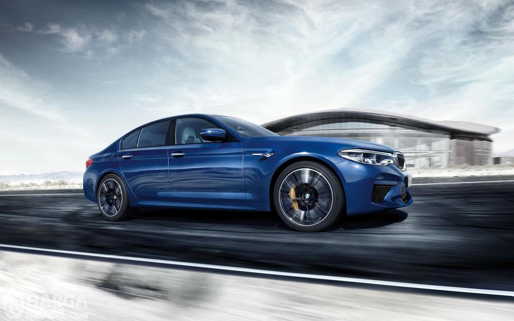 Foto BMW M5 melaju di jalanan