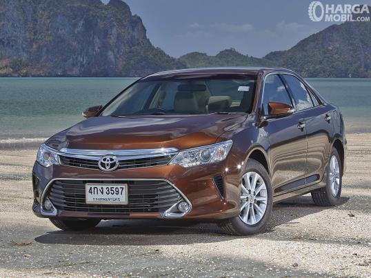 Toyota Camry generasi ketujuh berwarna coklat yang masih dijual di Indonesia