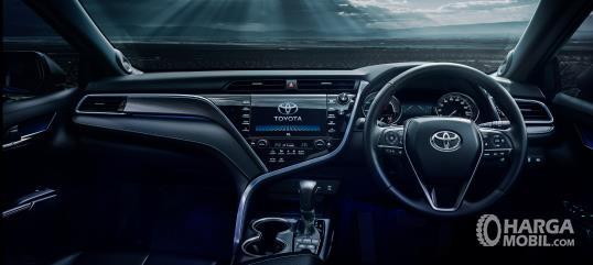 bagian dashboard Toyota Camry 2019 dengan aksen kayu dan lining krom yang unik
