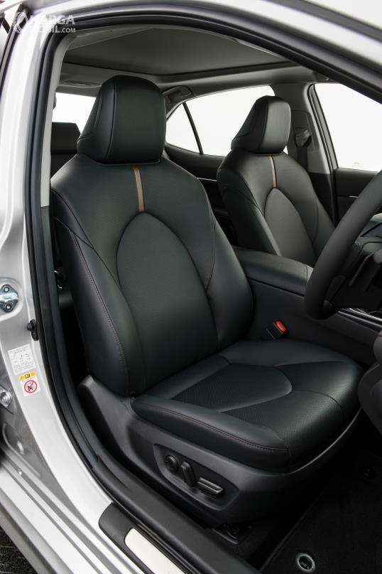 bagian kursi baris depan Toyota Camry 2019 yang didesain semi-bucket seat dan dibalut dengan kulit