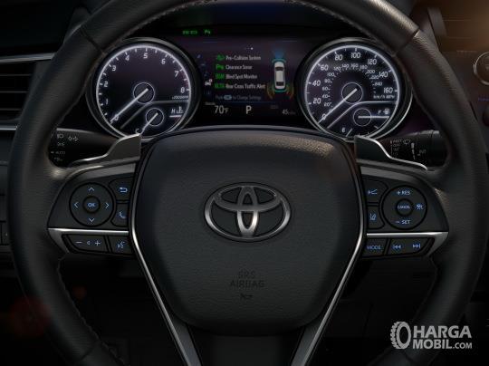 bagian setir Toyota Camry 2019 dengan audio steering switch, cruise control, dan paddle shift