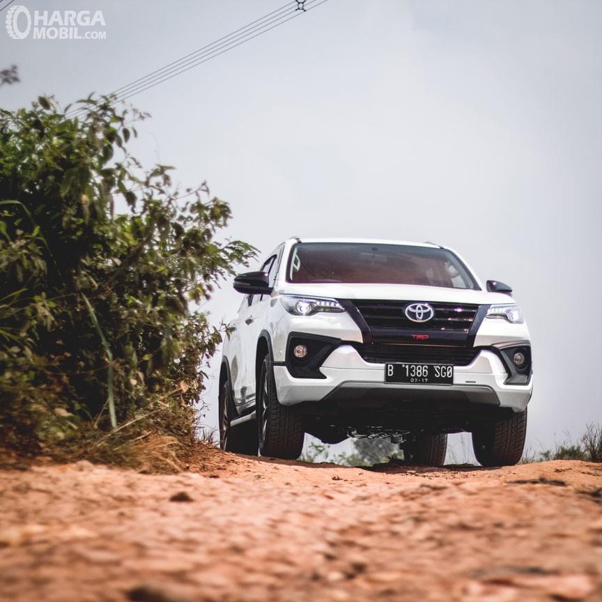 Review Toyota Fortuner TRD 2018 Memiliki Grill HItam Doff Bertingkat