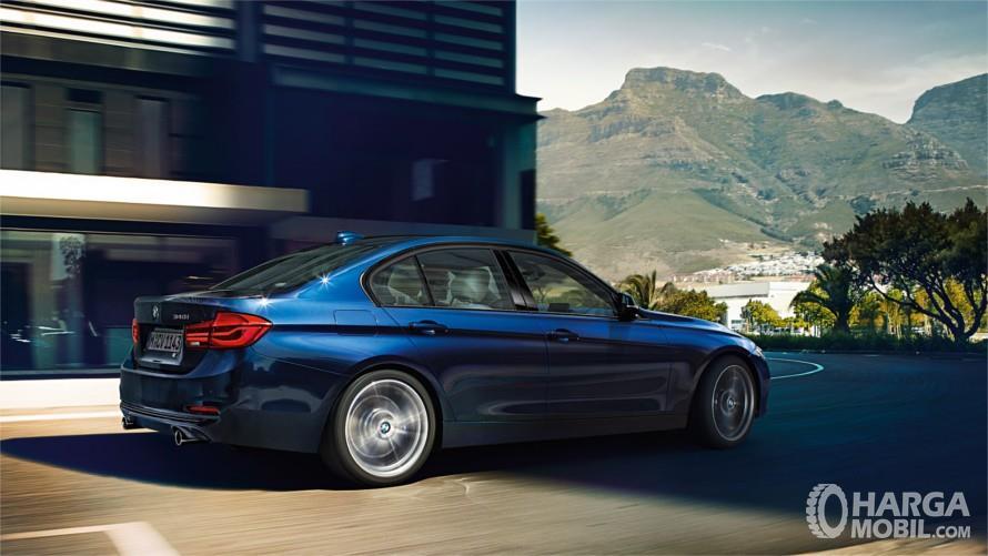 Bagian Samping BMW 320i 2018 Tetap Eksklusif Dengan Minim Guratan Samping