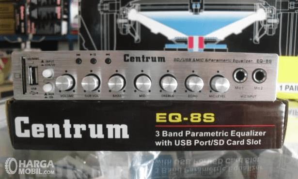 Gambar ini menunjukkan amplirfier untuk audio Mobil warna silverr