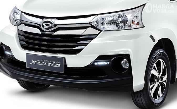 Gambar ini menunjukkan bagian lampu Daihatsu xenia bagian depan dan grill serta sekitarnya