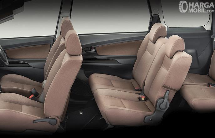 Gambar ini menunjukkan jok Mobil daihatsu Xenia yang terletak di bagian interior