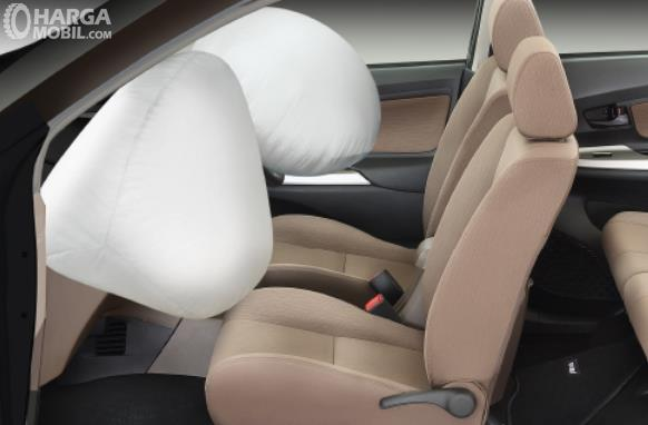 Gambar ini menunjukkan jok Mobil Daihatsu Xenia bagian depan dengan airbag di depan yang mengembang