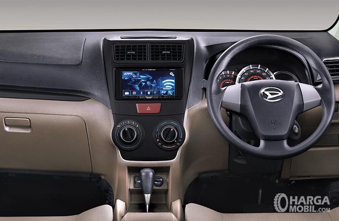 Gambar ini menunjukkan bagian kemudi Mobil dan terlihat setir serta dashboard Mobil