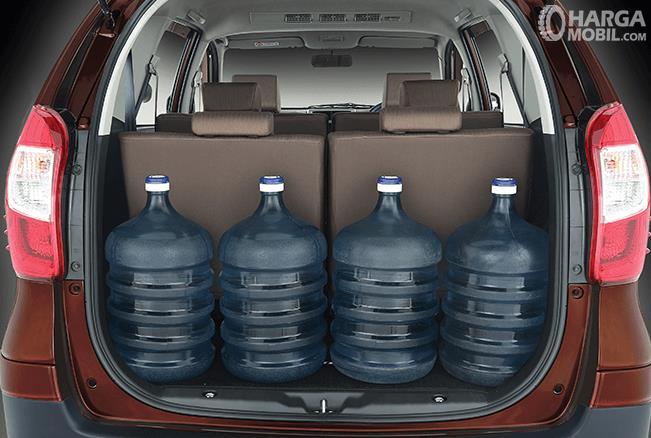 Gambar ini menunjukkan bagasi Daihatsu Xenia dengan 4 buah galon