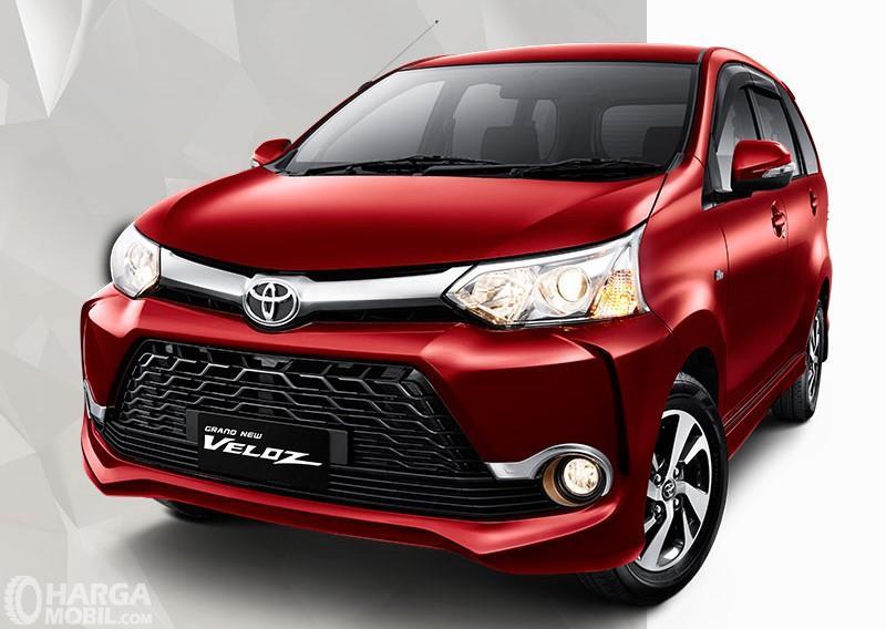 Foto Toyota Veloz tampak dari samping depan