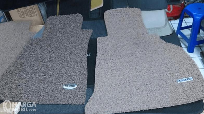 Gambar ini menunjukkan 2 buah karpet tambahan mobil