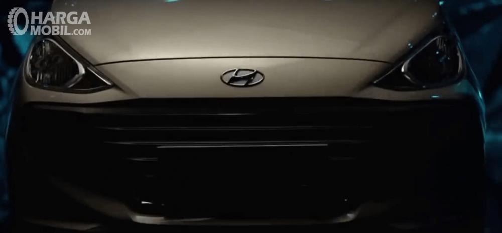 Gambar ini menunjukkan mobil Hyundai santro tampak depan dan terlihat logo Hyundai di tengah