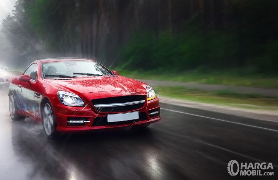 Foto mobil melaju cepat di jalan raya